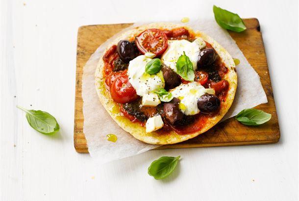 Kreikkalaiset pitapitsat ovat maukkaita ja helppotekoisia. Tässä ohjeessa on kreikkalainen makumaailma tiivistettynä.  http://www.valio.fi/reseptit/kreikkalaiset-pitapizzat/ #resepti #ruoka