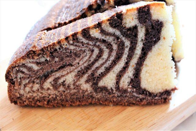 La torta zebrata è un dolce bicolore ottimo per la colazione o la merenda