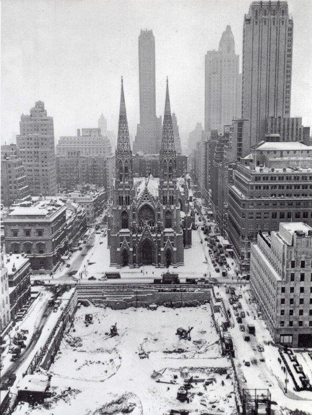 La Catedral de San Patricio en los años 30 del siglo pasado, durante las obras de construcción del Rockefeller Center. Faltan los edificios International Building y el International Building North, actualmente los 630 Fifth Avenue y 636 Fifth Avenue