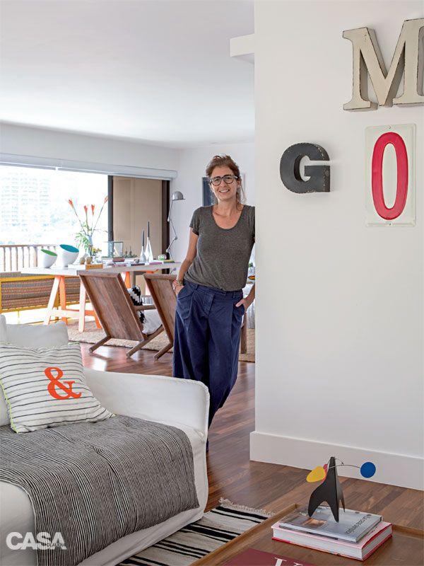 """A moradora a estilista Gloria Marques encontrou a manta listrada do sofá em Paris. """"Prefiro os móveis soltos, que facilitam mexer na decoração. Eles acomodam meu acervo de lembranças"""", conta Gloria Marques."""