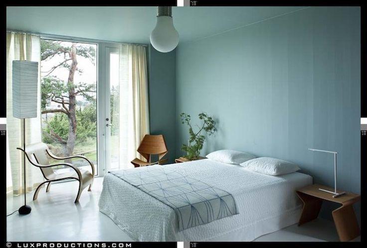 Det ena sovrummet rymmer Stol och nattduksbord från 1960-talet formgivna av danska Grete Jalk. Golvlampan är från 1950-talet och formgivaren är japansk-amerikanske Isamu Noguchi. Stolen i böjträ är av Gerald Summers