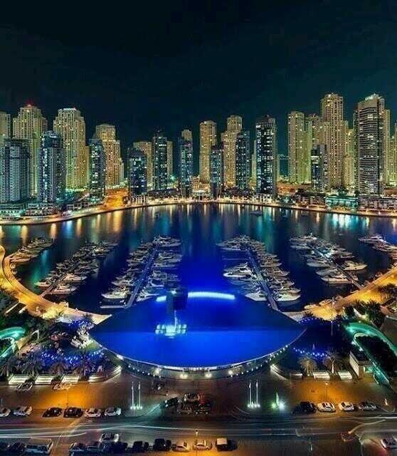 Noche en el puerto de Dubai.