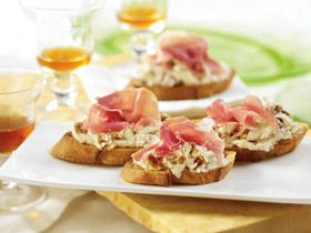 Goat Cheese and Fig Crostini from UrbanMommies  #simplepleasures #CDNcheese