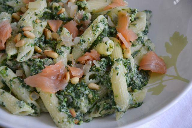 Pasta met spinazie en zalm: pasta, gerookte zalm, pijnboompitjes, spinazieblokjes uit de vriezer, ui, citroensap, roomkaas, knoflook, peper en zout