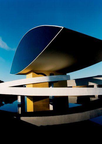 Oscar Niemeyer Museum, Curitiba, Brazil. Também conhecido como Museu do Olho devido ao desenho do edifício.  O museu se concentra no visual artes , arquitetura e desenho . Por sua grandiosidade, beleza e pela importância da coleção, que representa uma instituição cultural de importância internacional. O Museu  está dentro de um jardim projetado por Burle Marx.