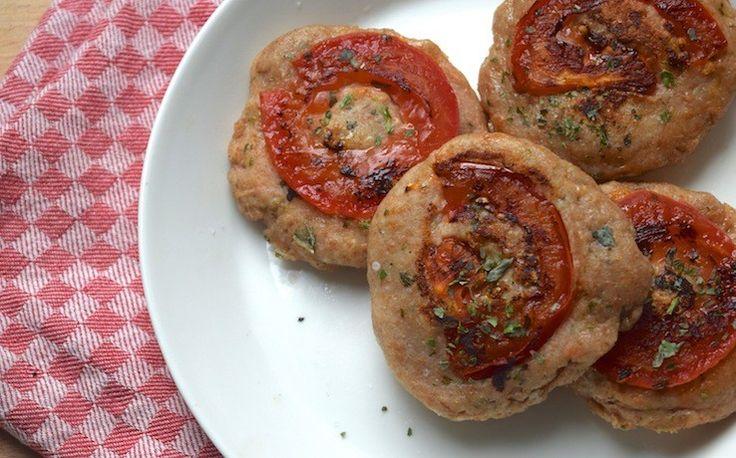Italiaanse mini broodjes. Men neme (voor 4 mini broodjes);  100 gram speltmeel, 100 gram Griekse yoghurt, 1 tomaat, 1 eetlepel gedroogde Italiaanse kruiden plus beetje extra