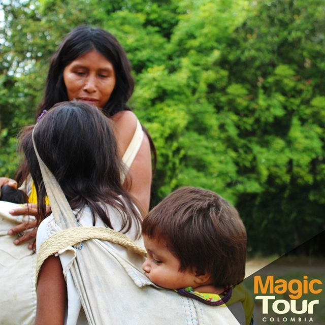 Indigenous women and children carry their babies in this friendly baby carrier, thus they can walk for a long time with their babies.    #atazitrip #magictour #sierranevada #quebradadelsol #travel #adventures #cultures #indigenous  #WetakeYouthere #goodvibes #learning #babies #friday #meetingcultures   www.magictourcolombia.com