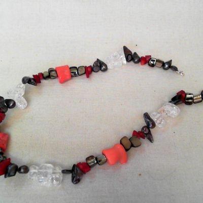 Colier, cristal, perlă scoică, sidef, howlit roșu, coral | Matilda Creations Făcut din: cristal (zdrobit, zigzag), perlă scoică, sidef, howlit roșu (splitter), coral bambus (vertebră)