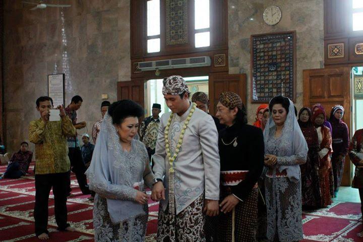 Pengantin pria pada pernikahan adat Jawa, juga mengenakan tutup kepala.