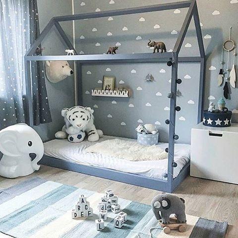 Bom dia com esse quartinho #montessori - destaque para cama em formato de casinha! Não ê o máximo??? #quartomontessoriano #montessori #camacasinha #blue #quartoazul