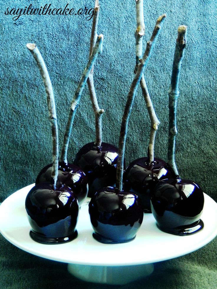 Halloween Candy Apples | www.sayitwithcake.org | #candyapples