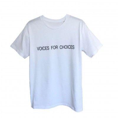 """T Shirts mit Aussage sind in dieser Saison absolut im Trend. Dieses coole T Shirt mit Rundhalsausschnitt wurde mit einem plakativen schwarzen """"VOICES FOR CHOICES"""" Schriftzug bedruckt . 100% Bio-Baumwolle"""