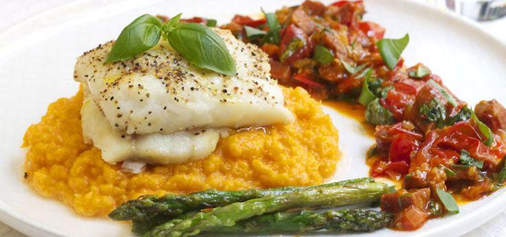 Kjøp Bakt torsk med chorizosalsa, asparges og søtpotetmos og resten av ukeshandelen med ett klikk! Dette er kanskje en av de aller beste fiskerettene! Alle komponentene på tallerken passer perfekt sammen. En middagsrett som både funker som helgemat og hverdagsmat. Du kan rett og slett ikke bli skuffet, for denne er rett og slett fantastisk god!