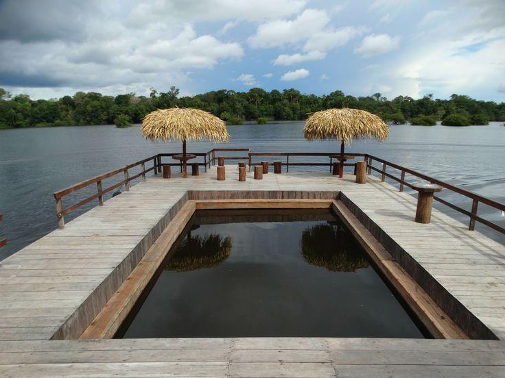 Hotel inaugura piscina flutuante em rio da Amazônia