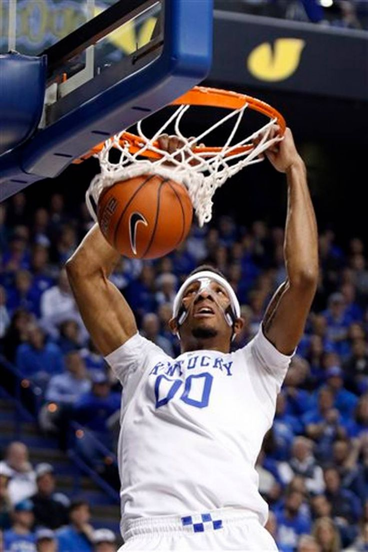 Kentucky's Marcus Lee dunks during the first half of an