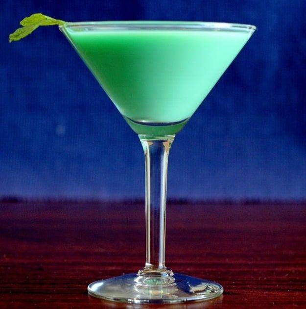 Grasshopper Cocktail | Green Cocktail Recipes For St. Patrick's Day | https://homemaderecipes.com/11-cocktail-recipes-st-patricks-day/