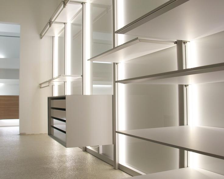 Moderne inloopkast op maat.  De inloopkasten zijn modulair, optioneel met geïntegreerde led verlichting uitgerust en voorzien van moderne materialen zoals aluminium en volkern.   http://www.anywaydoors.be/nl/dress-way/dress-way/dress-wall