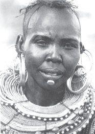 Женщина племени покот получает при инициации воротник из бус и многочисленные кольца – в уши; после замужества – проколку нижней губы.