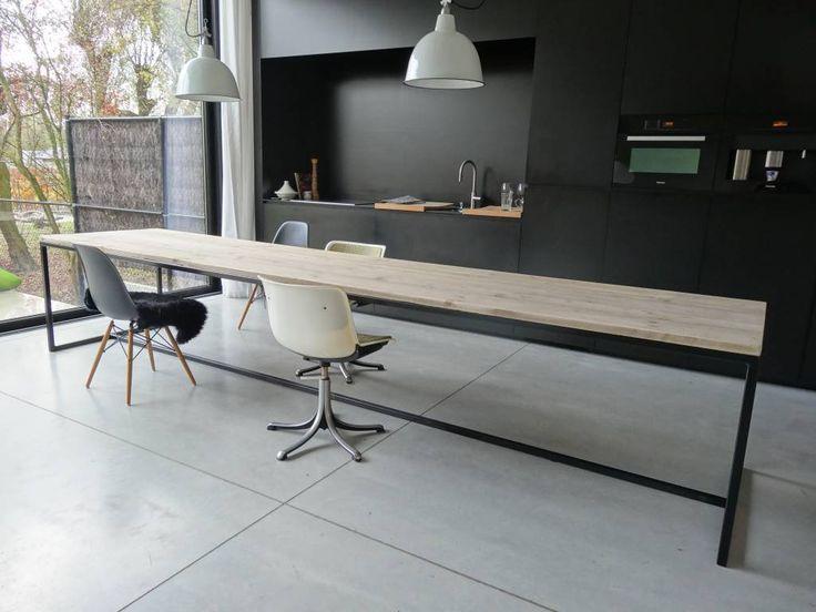 Deze prachtige vormgegeven steigerhouten tafel met stalen frame is leverbaar in diverse afmetingen en staalkeuren. Industriele tafel met strakke vormgeving.