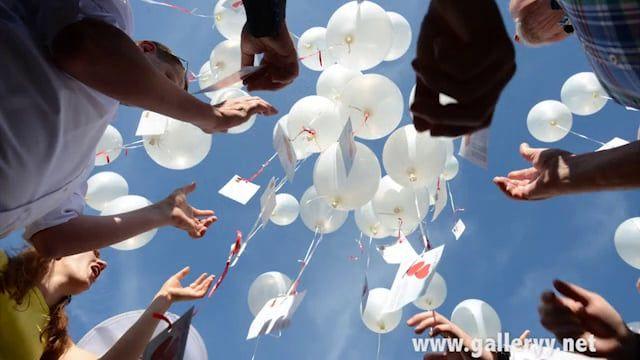 Hochzeitsspiele Luftballons steigen lassen mit Ballonflugkarten von galleryy