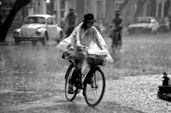 Bersepeda Saat Musim Hujan – Saat ini musim menjadi tak menentu kadang panas lalu tiba-tiba hujan datang. Bagi Anda yang biasa bersepeda ke kantor atau bike to work bahkan bersepeda jarak jauh, ada baiknya perhatikan cuaca agar tetap aman dan nyaman saat mengendarai sepeda.