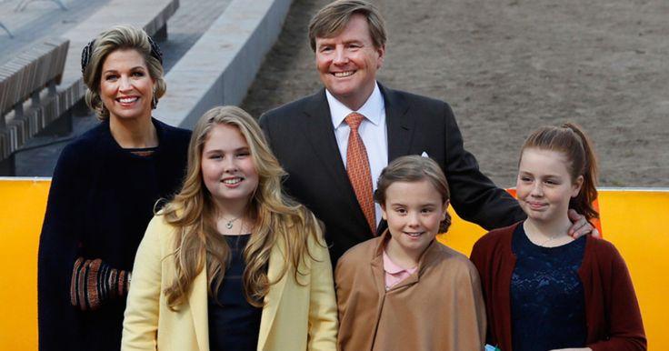 Koning Willem-Alexander heeft donderdag zijn vijftigste verjaardag met zijn familie gevierd in Tilburg. Het gezelschap arriveerde even na 11.00 uur met de koninklijke treinwagon op het station.