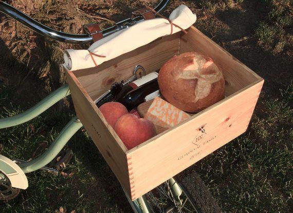 Obtenir cette apparence européenne avec ce panier de vélo belle caisse de vin reciblées avec une finition huile danoise. Il est livré avec une bâche de coton naturel pour garder les objets et a des liens de cuir pour retenir le laminé toile pour les gros articles. La boîte se fixe sur le vélo avec sangles en cuir huilé 1 pouce, qui fournissent une course solide pour vous et le contenu.  Que ce soit une sortie dans le pays du vin ou juste une course au magasin, cest un transporteur classique…