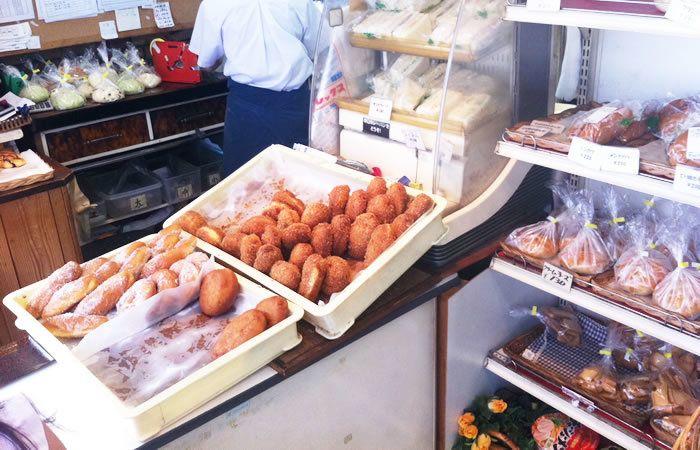店内にはところ狭しと商品が並びます。クリームコロネや揚げパンにも種類があり、何にしようか迷ってしまうほど。バッドに並べられたパンも、なんだか親しみがあっていいですね。