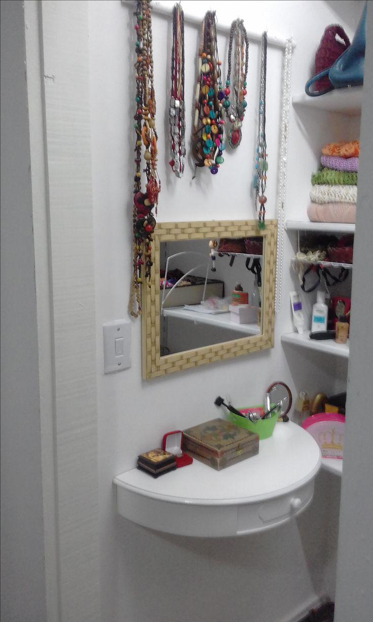 Uma mini penteadeira para um pequeno closet. Como meu espaço era pouco, usei uma prateleira meia lua com gaveta. Coloquei os colares acima do espelho, amei o resultado! Tudo feito por meu DIYH (faça seu marido mesmo)!