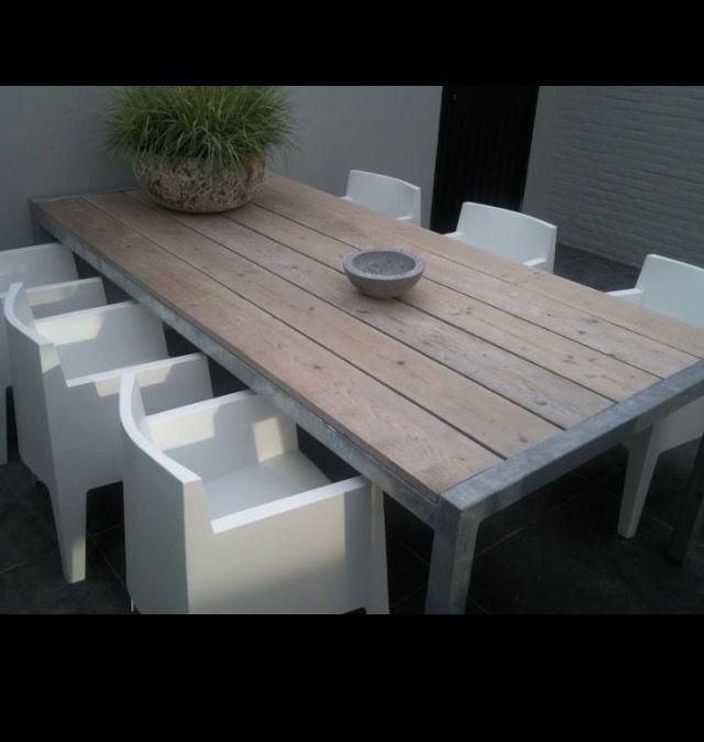 Tafel van steigerhout met zinken frame, gecombineerd met mooie moderne stoel.