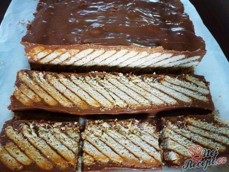 """Vynikající šikmé řezy bez pečení, s chutí čokolády. Vypadají úchvatně a ještě lépe chutnají! Já mám ráda sice méně sladké koláče, ale toto se snědlo u nás doma na posezení. Je to velmi jednoduché a zvládne to připravit i začátečnice v """"pečení"""". Poskládat sušenky víte i se svými dětmi, akorát krém si uděláte vy. Tak se přitom zahrají i děti :) Autor: Jaja79"""