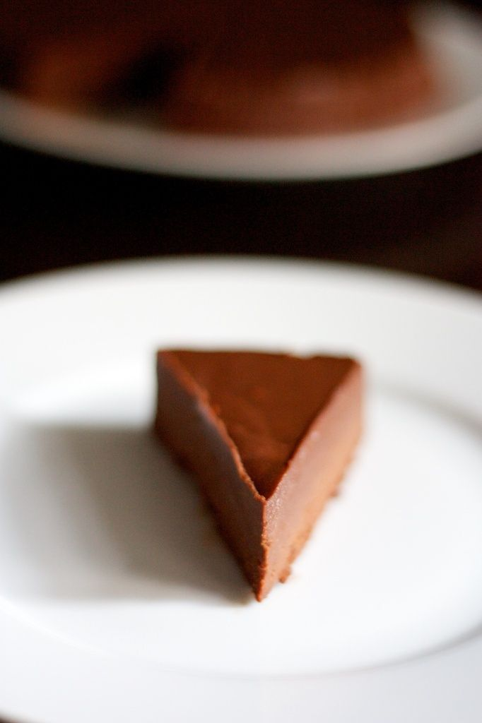 Fondant sans cuisson   Pour un moule de 18 cm de diamètre (vous pouvez aussi utiliser un petit moule à cake):    200g de chocolat noir à pâtisserie    200ml de crème liquide entière    50g de beurre salé    65g d'amandes en poudre    65g de spéculoos (ou autres biscuits) en poudre