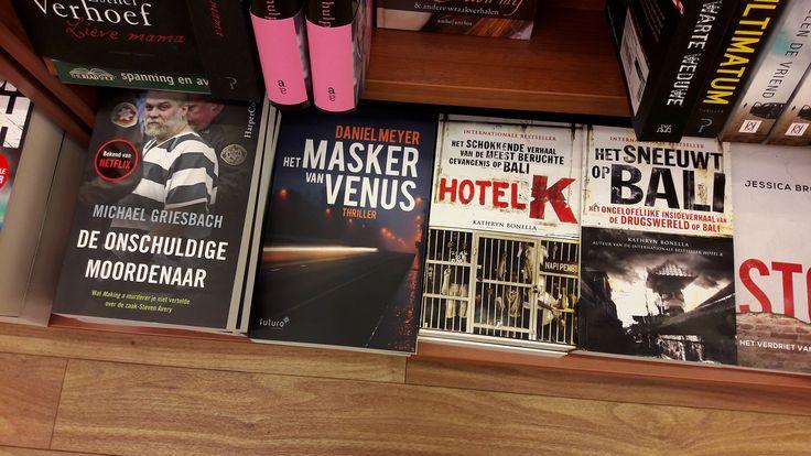 De nieuwe spannende thriller 'Het masker van Venus' van Daniel Meyer heeft een hele mooie plek gekregen naast alle andere spannende boeken bij The Read Shop in Houten. #hetmaskervanvenus #danielmeyer #thriller #readshophouten #thereadshop #futurouitgevers