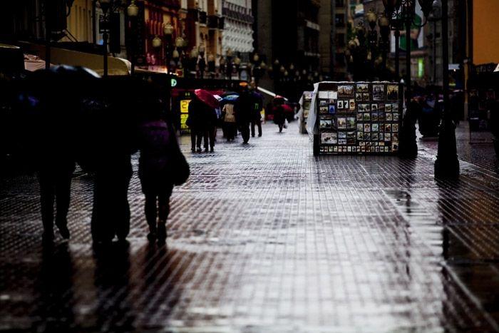 Достопримечательности Москвы Арбат.  Всего в нескольких кварталах от Кремля и Красной площади расположена еще одна достопримечательность Москвы, обязательная для знакомства. Арбат, это целая улица, которая простирается почти на один километр в историческом центре Москвы, место для очарования и расслабления.