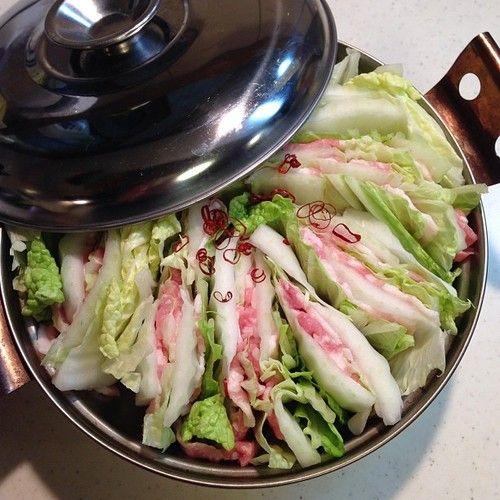 okazu-shokudo: 肌寒いのでおひとりさま鍋。白菜と豚を交互に重ねたおかず食堂で度々登場するおなべ。だしで満たして煮えたら出来上がり。