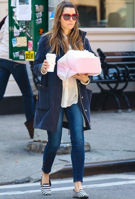 Jessica Biel confía en el azul marino de su abrigo perfecto para un street style con camisa básica, vaqueros y slippers de rayas black & white.
