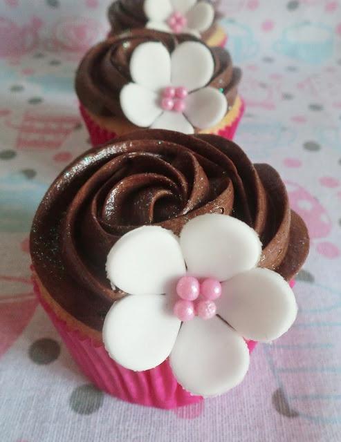 Cupcakes de vainilla con buttercream de chocolate