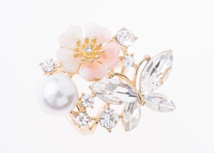 Portamascadas con forma de mariposa y flor, elaborado en baño de oro con perla color crema, piedra color rosa claro y cristal.  Portamascadas modelo 317334