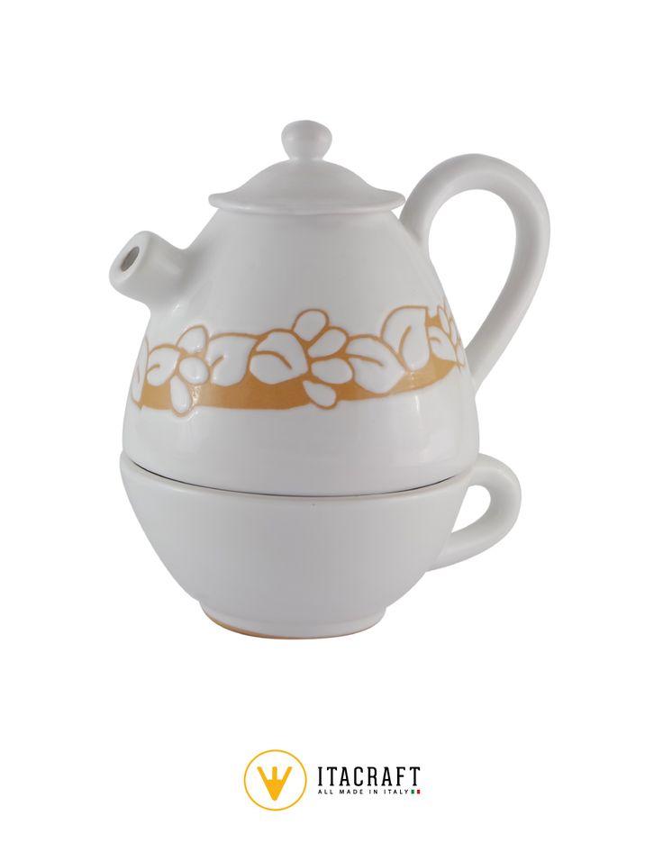 Originale theiera in ceramica vietrese appoggiata su di una tazza, con decorazione incisa completamente a mano. La fantasia del prodotto lo rendono ideale anche per essere esposto in vetrine.