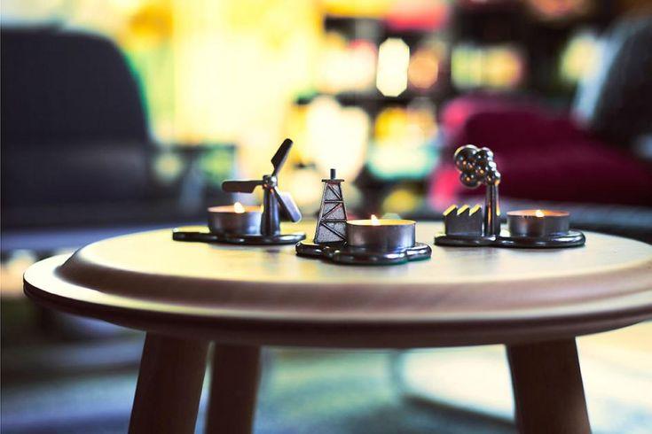 """Als besondere Herausforderung empfand Designer Nike Karlsson die Aufgabe, Teelichthalter für Ikeas neue PS-Kollektion zu entwerfen. """"Denn ich fand, dass wir Teelichter einfach verbrauchen, ohne darüber nachzudenken."""" Die Lösung: Teelichthalter in der Optik von Windrädern oder auch mit einem qualmenden Fabrikschornstein. Die sind besonders – und regen im Idealfall auch noch zum Nachdenken an. Preis: 6,99 Euro."""