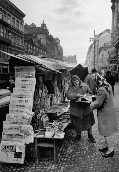 Prodavačka tisku na Příkopě, rok 1947. Autor snímku Walter Sanders emigroval v roce 1933 z Německa, aby se později stal jedním z těch, kteří utvářeli zlatou éru časopisu Life. Pracoval tu v letech 1944 až 1961.