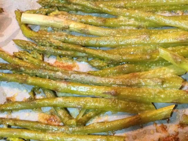 Parmesanlı Kuşkonmaz  -  Aslı Marengo #yemekmutfak.com Fırında parmesanlı kuşkonmaz özellikle et yemeklerinin yanına çok yakışan lezzetli bir tariftir.