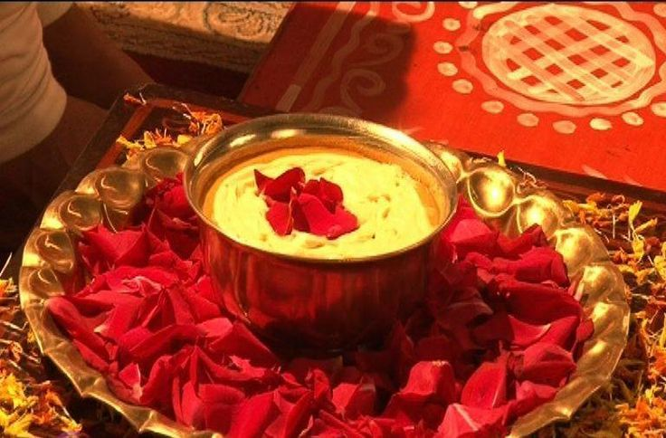 For the Ubtan, a paste of turmeric, gram flour, curd, sandalwood, rose water is made which is applied on the face, arms and feet of the bride and the groom and is generally applied by the sister of the bride/groom