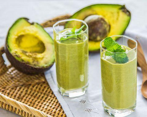 Smoothie-Rezept für einen Grünen Smoothie mit Avocado mit nur 4 Zutaten - der ist gesund und pflegt die Haut von innen. www.ihr-wellness-magazin.de