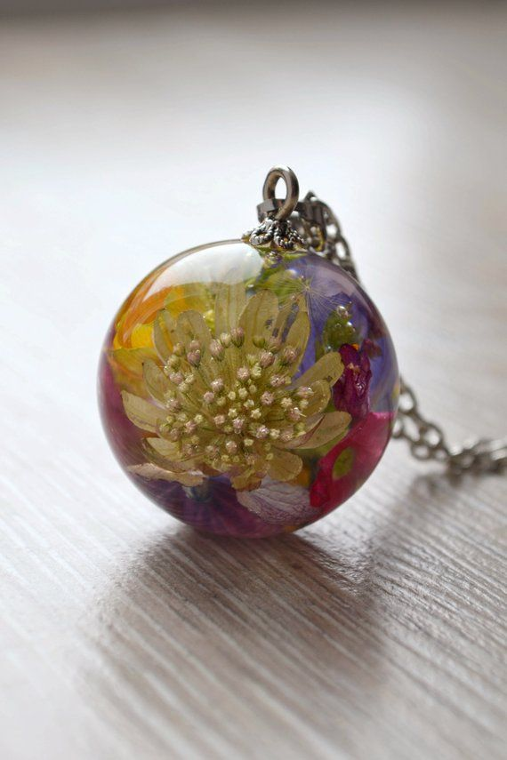 Pendant With A Bouquet Of Real Flowers Ranunculus Hydrangea Etsy Flower Resin Jewelry Real Flower Jewelry Resin Pendant