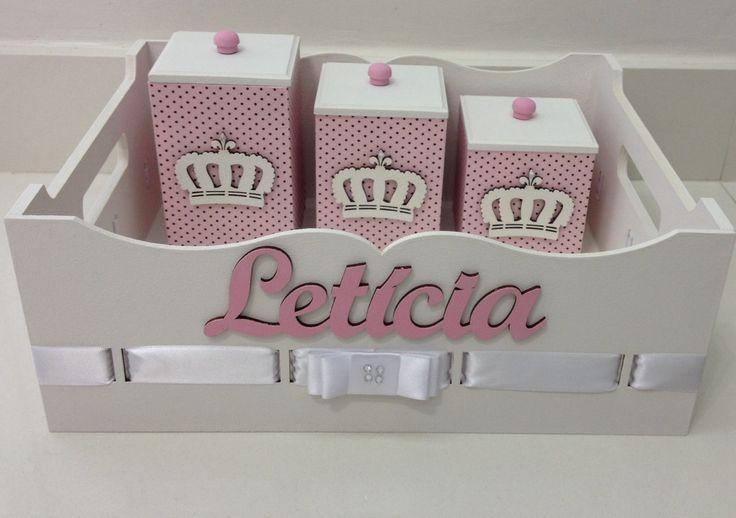 Kit higiene rosa e branco no tema coroa. <br>Potes, bandeja e coroas em mdf <br>Fazemos qualquer nome cor e tema.