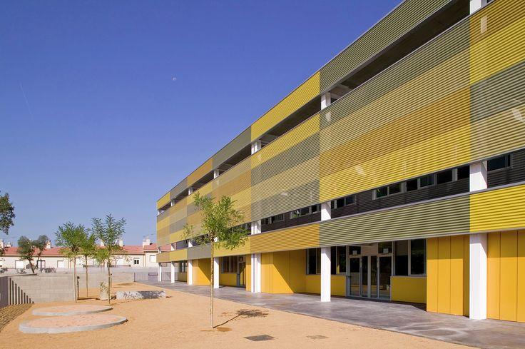 """Construído na 2009 na Mollerussa, Espanha. Imagens do Lluís Sans. O edifício está situado num terreno que é limitado com a """"via verde"""" do antigo traçado da ferroviária Girona-Olot e conta com um pequeno bosque de..."""