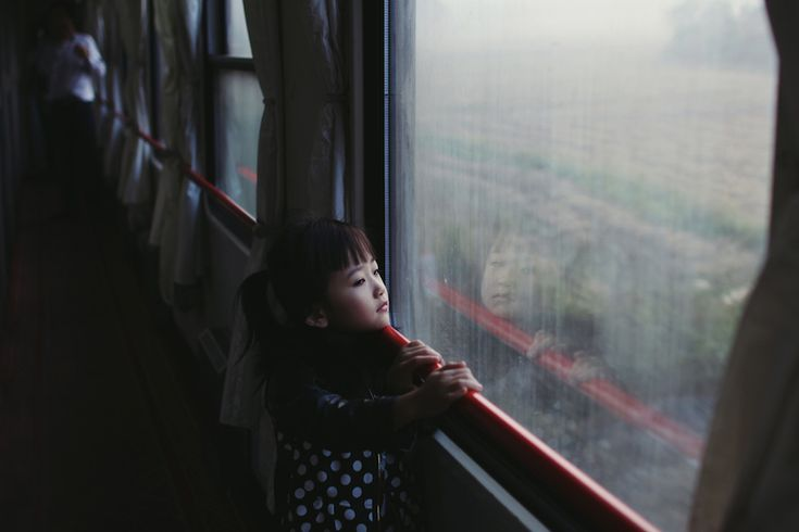 Paulina Metzscher (Germania), Senza titolo «Ho scattato la fotografia mentre ero in viaggio in Cina, su un treno notturno. La ragazza ha attirato la mia attenzione nel primo momento i cui l'ho vista. In qualche modo rappresentava perfettamente l'atmosfera che potevi trovare tra i viaggiatori sul treno. Molti non vedevano l'ora di arrivare a destinazione e guardavano fuori dal finestrino i paesaggi che si succedevano». (@Paulina P Metzscher/2014 Sony World Photography Awards)