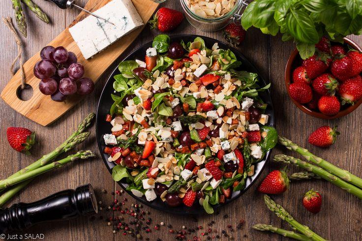 LETNI EPIZOD. Sałatka z truskawkami, winogronami, kabanosami, serem z niebieską pleśnią, szparagami oraz płatkami migdałowymi.