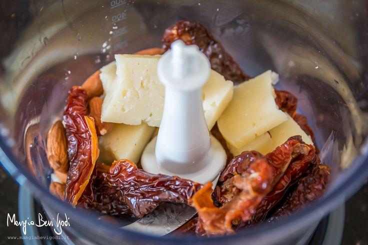 Questo saporito primo piatto è una valida alternativa alla tradizionale pasta al pesto alla genovese e si prepara in pochi minuti. I pomodori secchi donano